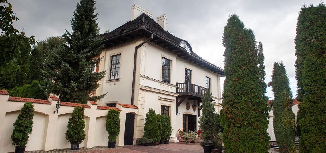 Dwór Anna w Lublinie - dziedziniec i praking
